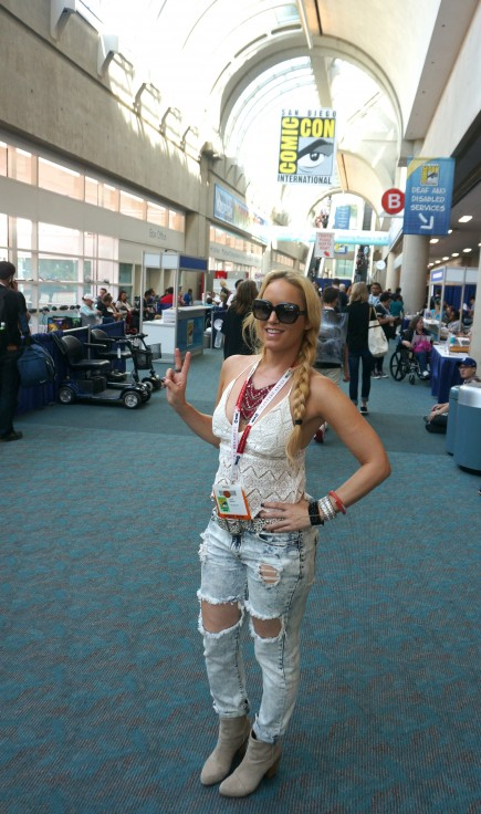 Comic con in Wysh Boutique necklace, top and jeans